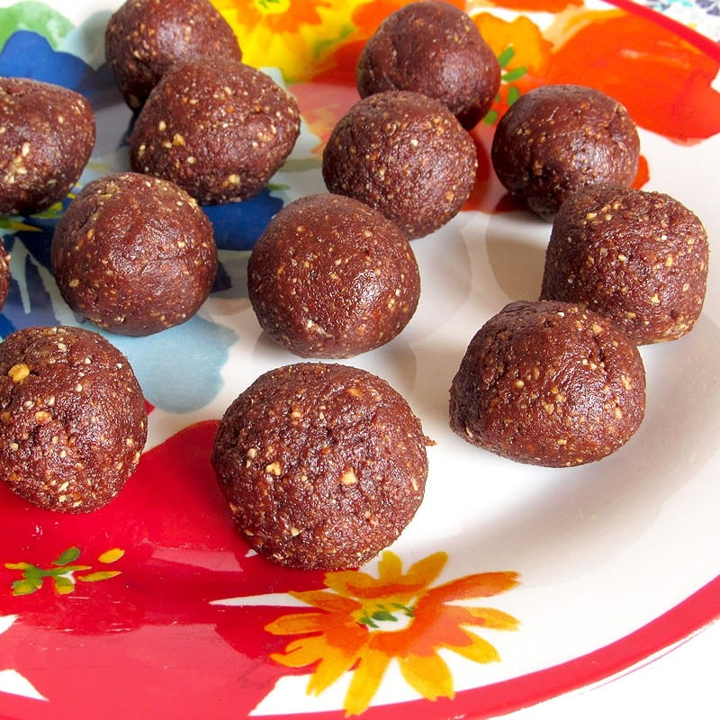 4 ingredient chocolate peanut butter snack balls [naturally sweet!]